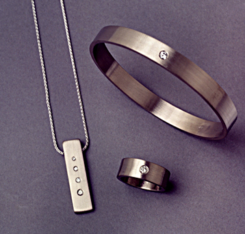 18k white gold set, brushed finish